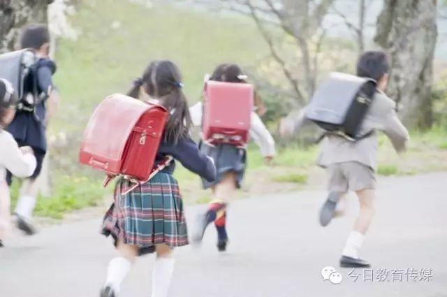 班主任提醒:孩子放学回家,父母第一句话要这样说!