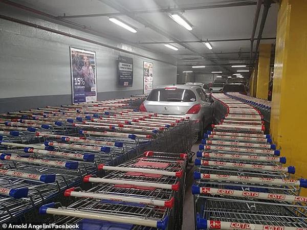 """阿根廷超市员工用购物车围汽车 """"教训""""乱停车司机"""