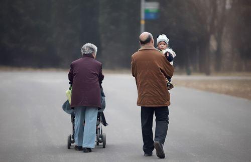经常帮子女带娃的老人,以后或许会面临3种结局:老人该不该给子女带孩子