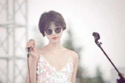 李亚鹏女友更新了在音乐节上的近照,网友:感觉有点像王菲