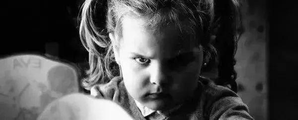 """两孩子发生矛盾爸爸捅死10岁女孩:孩子被欺负了""""打回去""""还是""""忍气吞声""""?"""