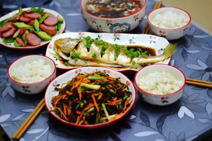 晒一晒我家周末的午餐,三菜一汤一主食,荤素搭配,老少皆宜