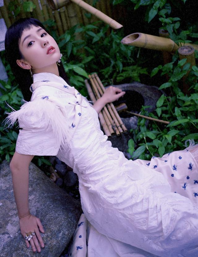 """陈都灵""""真没长大"""",一袭羽毛拼接连衣裙配齐刘海,清纯似大学生插图(1)"""