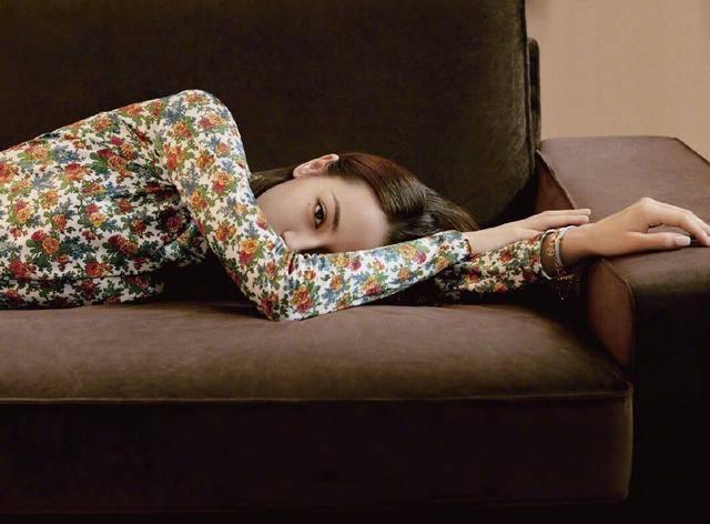 迪丽热巴穿花衬衫趴沙发上,凹出完美S型,配4万3的外套酷毙了插图(1)