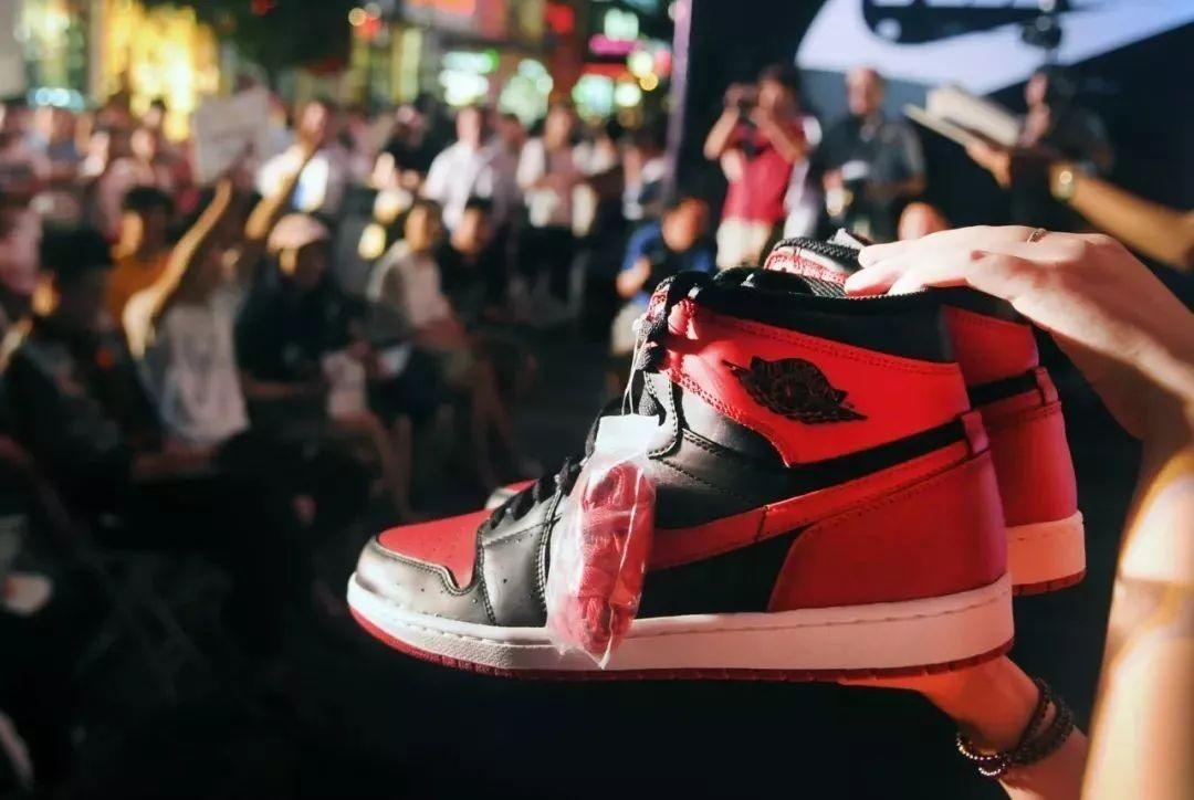到底是谁不到两月把4千的球鞋炒到了4万!炒鞋真能发家致富吗?