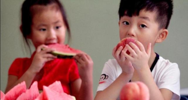 医生劝告:入秋后这3种水果别吃,伤脾胃不长个,孩子哭闹也别买
