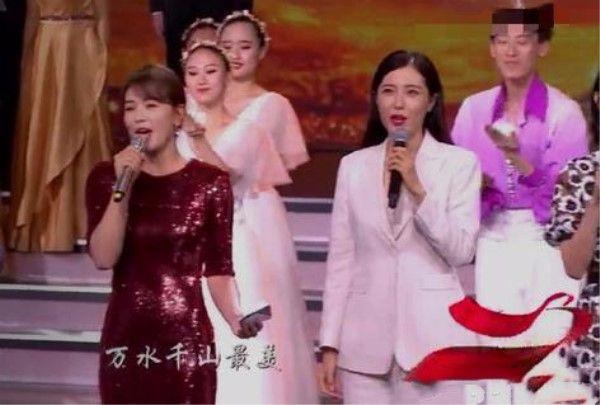 都是40出头,曾黎穿白西装尽显高雅气质,刘涛只能靠身材扮嫩!