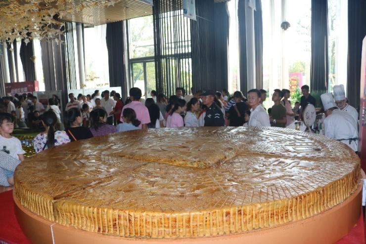 为美好而来 新洲惊现3000斤大月饼