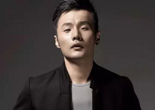4年感情修成正果,李荣浩求婚成功后,被网友偶遇两人现身民政局