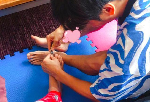 46岁蔡少芬怀三胎享受娘娘级待遇,张晋帮忙剪脚趾甲