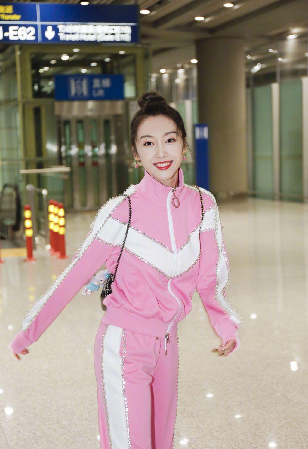 宣璐机场上演小可爱,身着一袭芭比粉运动装,可爱的就如同小精灵