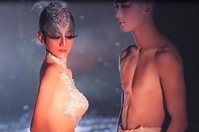 杨丽萍为逼真的舞台效果,衣服是画上去的,近距离视觉令人不淡定