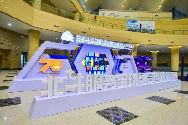 中国卫星导航与位置服务第八届年会在郑州举行,爱国小男孩科技荣获双奖项