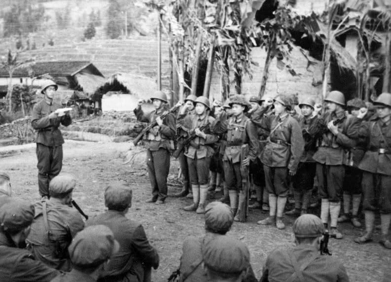 中越战争, 我军发现越军一小本子, 看见这一幕, 司令员大怒拿火烧