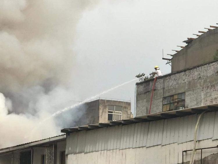 佛山禅城一仓库大火,19辆消防车出动,17时55分明火被扑灭