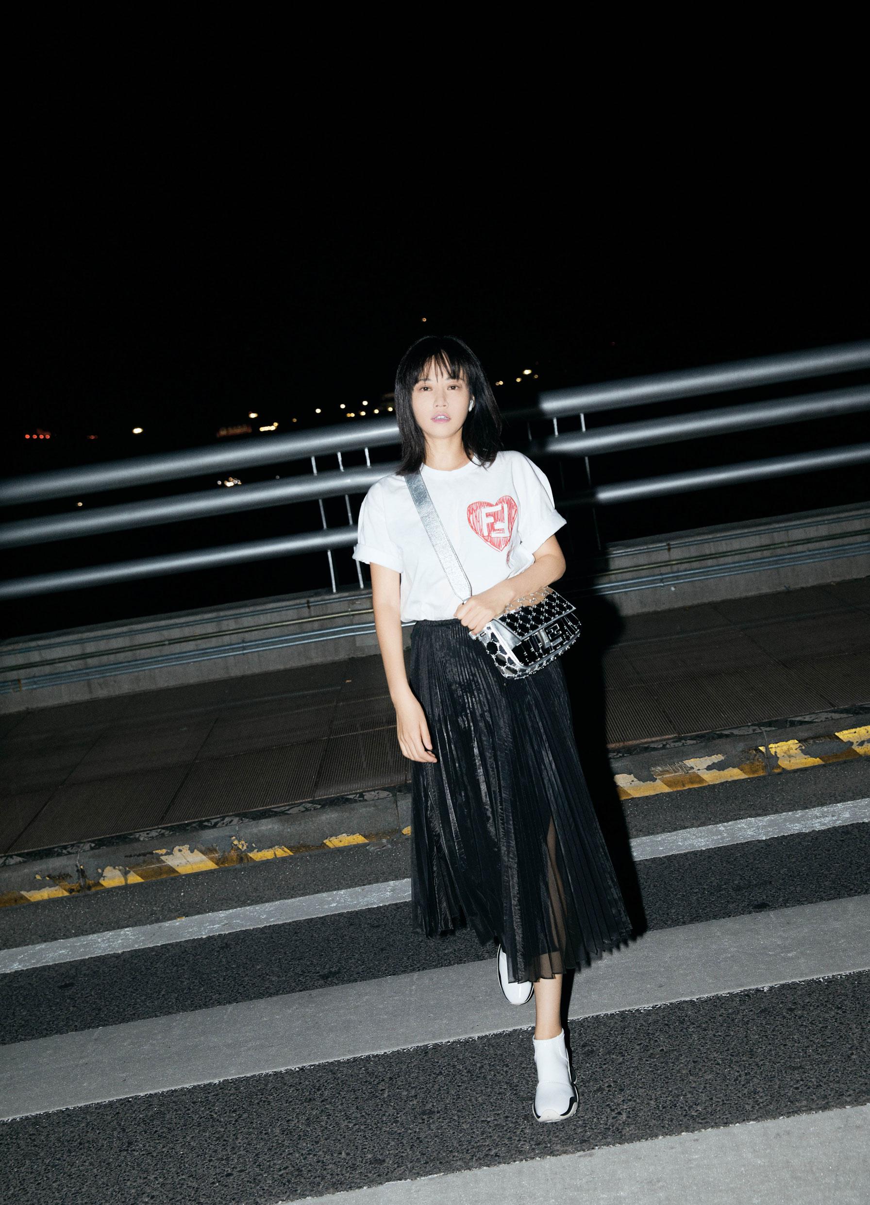 谭卓出发米兰时装周 机场造型简约时尚不失青春优雅