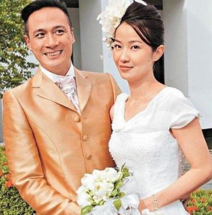 <b>她老公是吴镇宇,结婚后丈夫不用她做家务做饭,如今48岁依旧年轻</b>