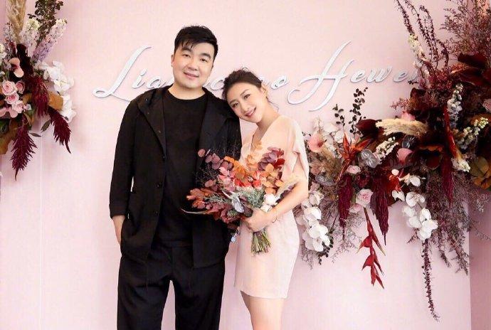何雯娜与未婚夫订婚,一个月前已接受求婚,靠在男方肩膀很幸福