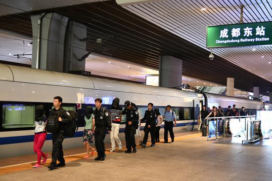 偷盗手机、盗刷信用卡 7人犯法团伙被押送回沪