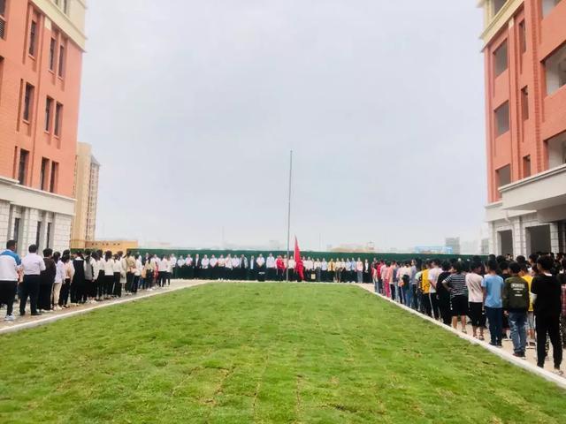 阜南有六初了,而且昨天还举行了第一次升旗仪式,速来围观,转发
