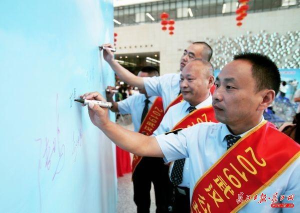 """武汉全力打造""""五优""""公交,为军运会提供可靠交通保障"""