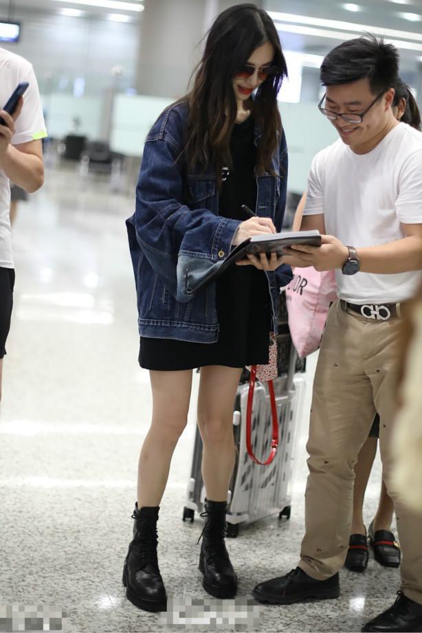 楊穎在機場為粉絲簽名,巧妙穿衣身高變1米8,氣場滿分