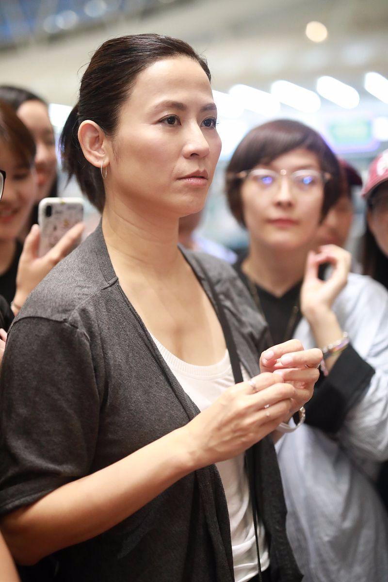 网友抓拍的宣萱素颜,法令纹很深还有脖颈纹,也太真实了!