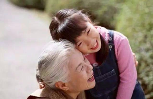 孙子在公交拉便便奶奶这样处理,这样的奶奶做榜样还怕教不好娃?
