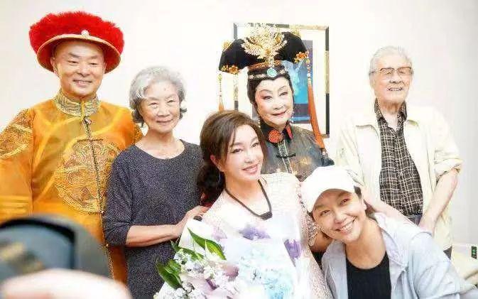 江珊近照,曾与靳东姐弟恋7年无果,如今51岁幸福肥藏不住