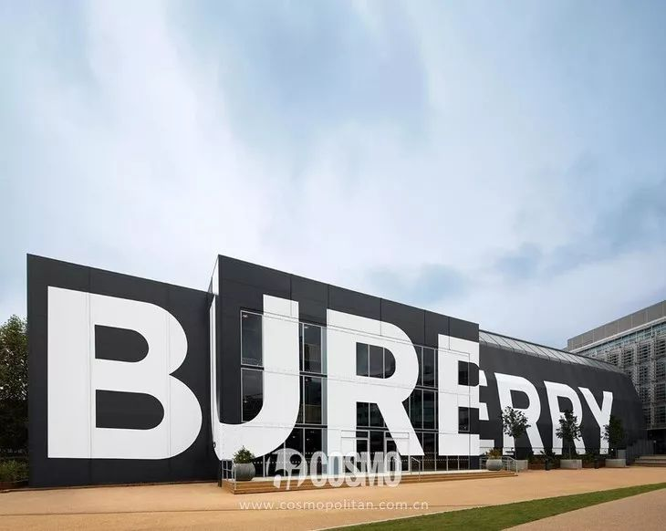 "T型台   周冬雨用亮片裙配皮草,竟然也很""Burberry"""