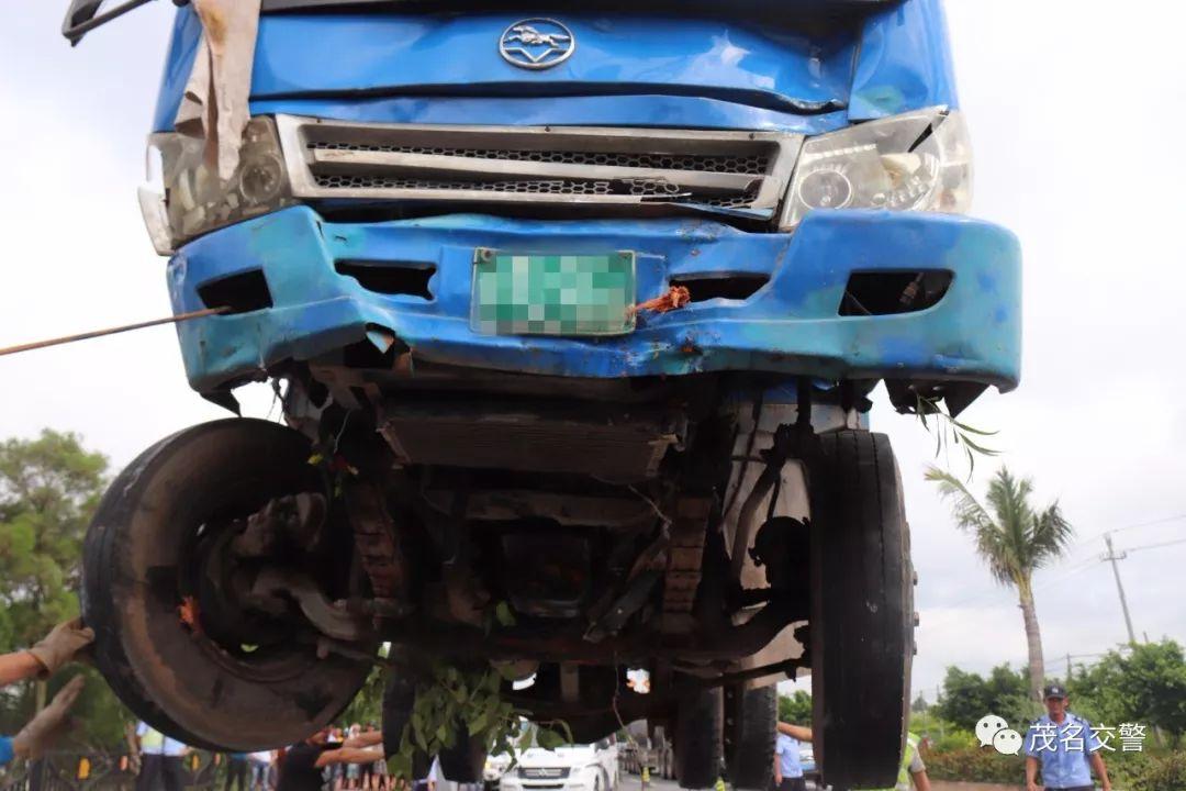电白惨烈车祸:拖拉机失控撞上摩托车,一家3口被撞身亡图片