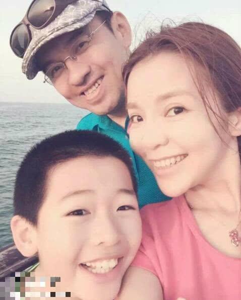 朱迅一家出游照爆出,丈夫头发花白苍老像70岁,儿子帅气像明星