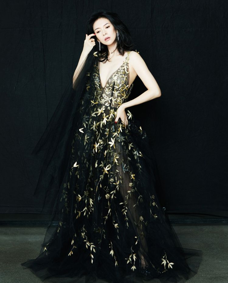 被章子怡新造型美哭了,穿V领轻纱刺绣长裙优雅迷人,女人味十足