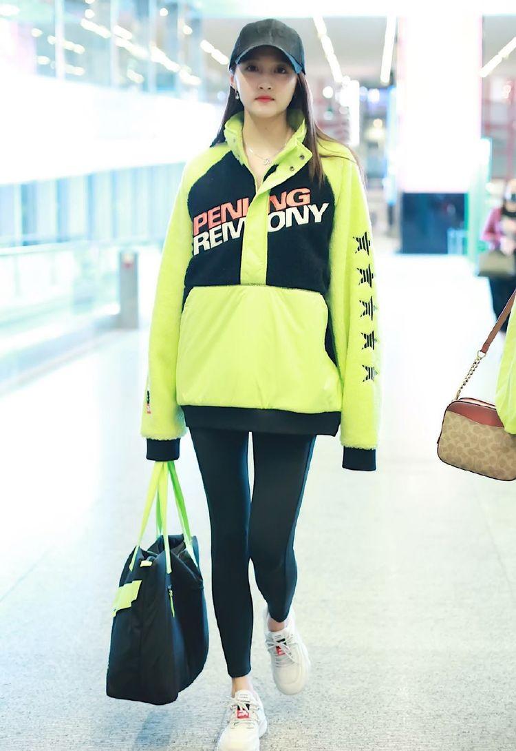 20岁关晓彤现机场照,穿绿色印花上衣配紧身裤,原来恋爱滋味是这样