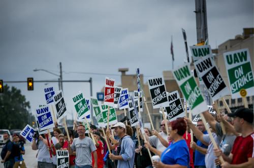 12年来美国最大规模汽车工人罢工,专家预估通用每天损失5000万美元 美国工人
