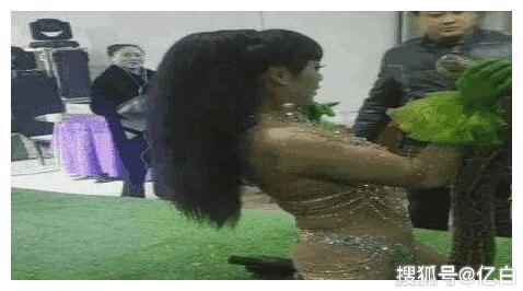 """美女在展会上表演""""杂技"""", 下一幕发生的事情令台下观众尴尬不已"""