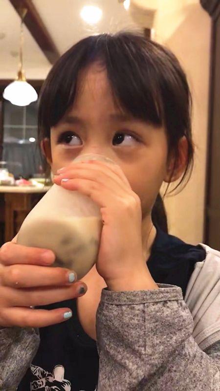黄磊小女儿将涂手指甲进行到底,此前黄多多涂手指甲曾遭批