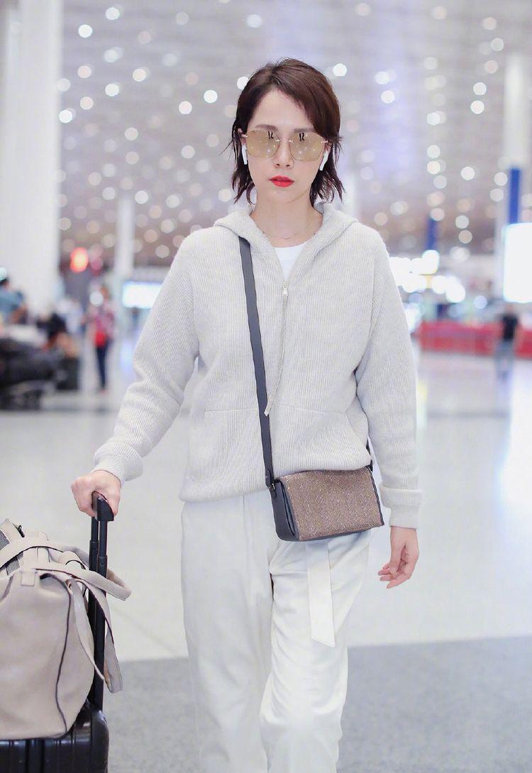 海清走机场照少女心爆棚,穿连帽衫配白色九分裤简约舒适,一举一动知性优雅