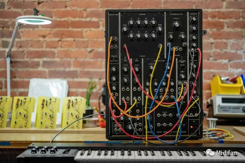 <b>Moog 复刻了 47 年前的便携式模块合成器 Model 10</b>