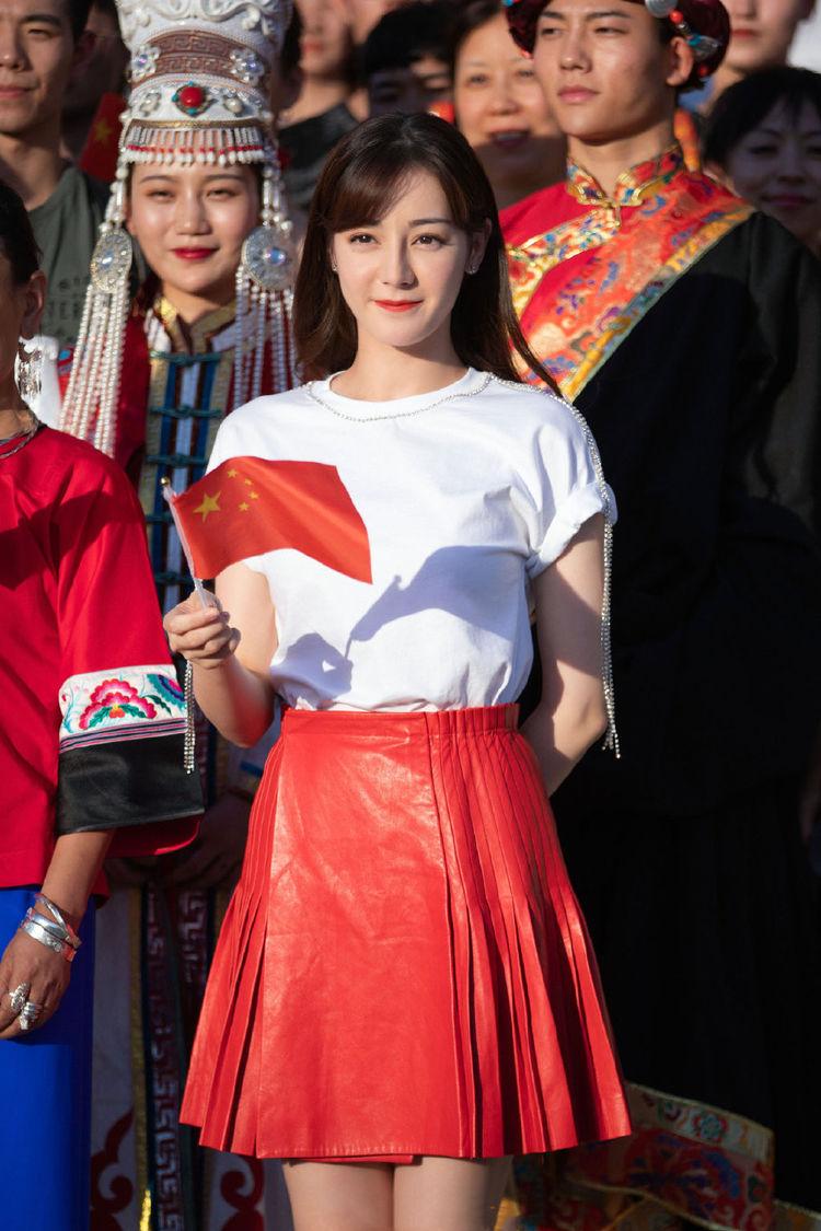 迪丽热巴厉害了,把烂大街的白T恤穿出少女感,搭配小红裙好惹眼