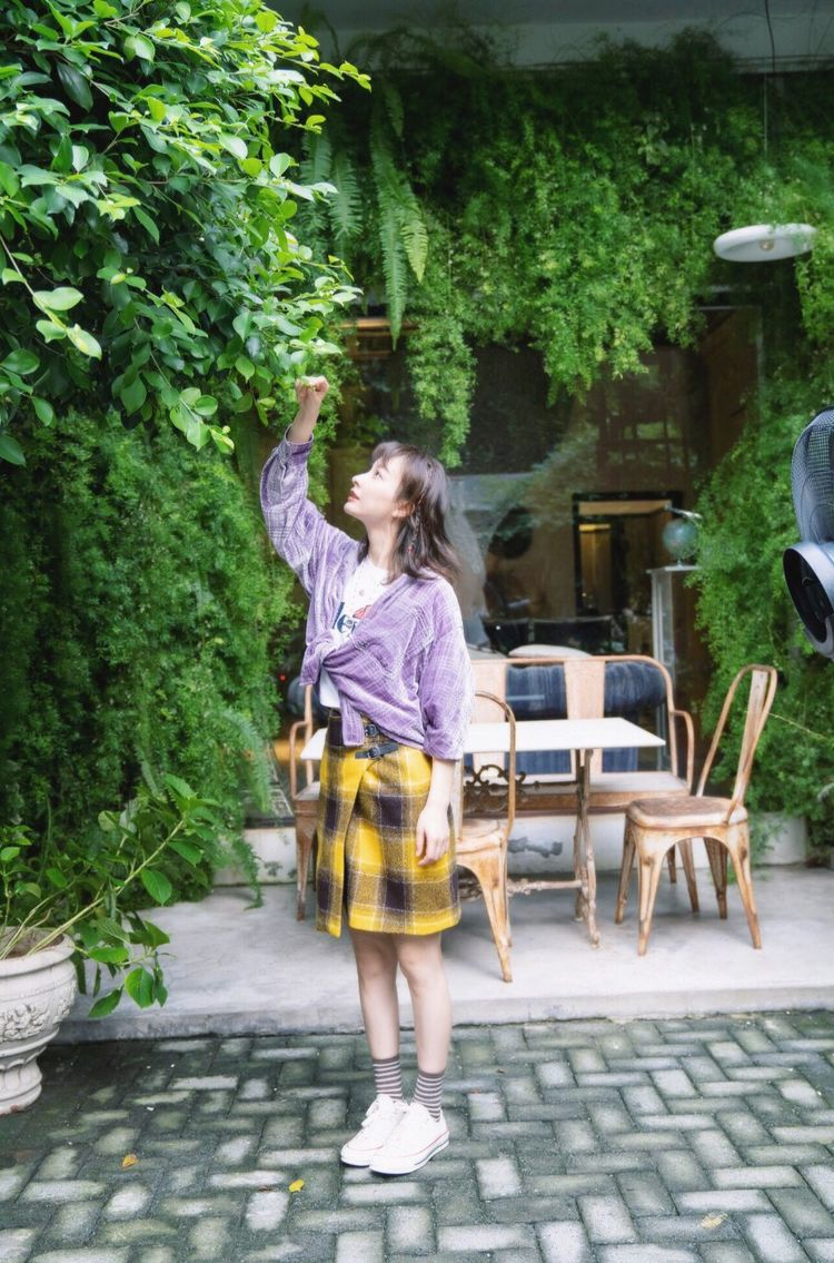 吴昕新写真玩转少女风,穿紫色丝绒衬衣配格纹短裙秀小蛮腰,对镜自信满满