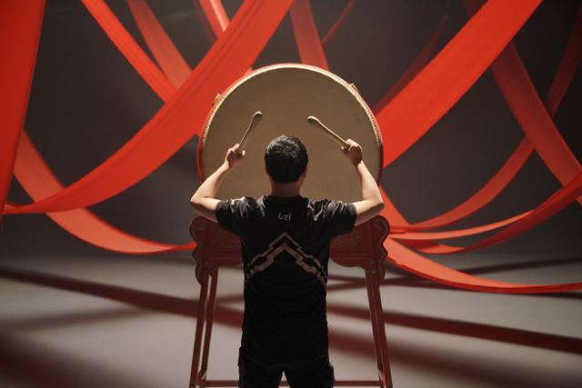 <b>RNG拍摄中国风短片!Uzi化身灵魂鼓手,小虎武功高深莫测!</b>