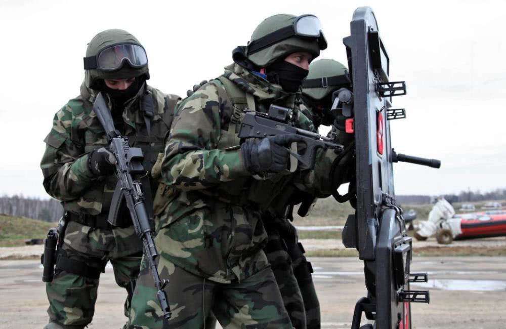 <b>俄军反恐必带盾牌,为何美军几乎不带,难道对防弹衣如此自信?</b>