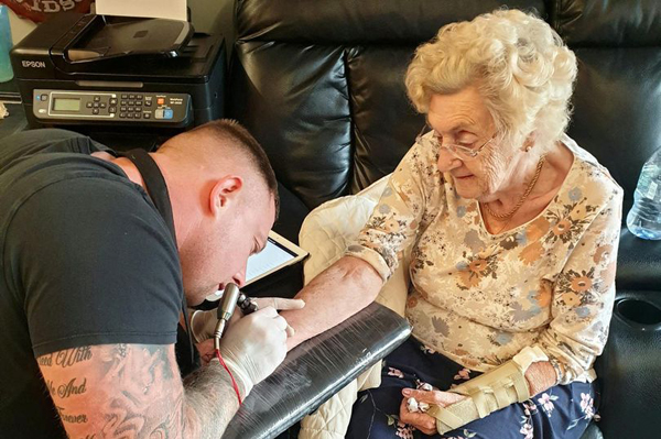 94岁老人纹丈夫和儿子名字成英国最年长的纹身者