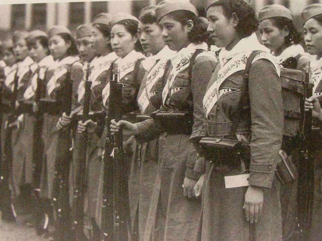 一苏联士兵强占8名日