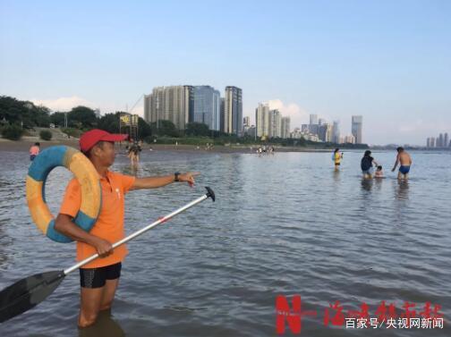 <b>女童头朝下漂泳场水面 爸爸以为在憋气继续玩手机</b>