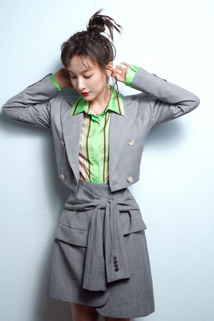 吴昕一组照片太美了,穿绿色衬衫配职场服,扎个小辫清新时尚又可爱