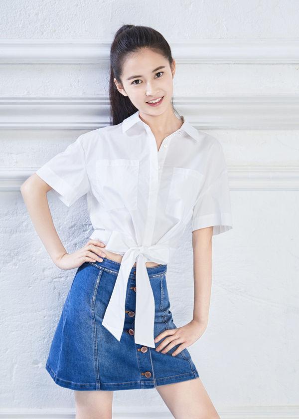 陈钰琪穿搭堪称模范,穿印花连衣裙呈复古风格,时尚中带着帅气