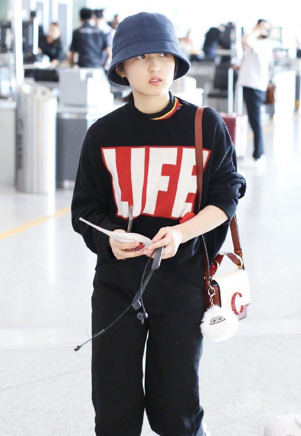 <b>张子枫现身机场欢乐多,看妹妹笑的是有多开心,简直就是太可爱了</b>
