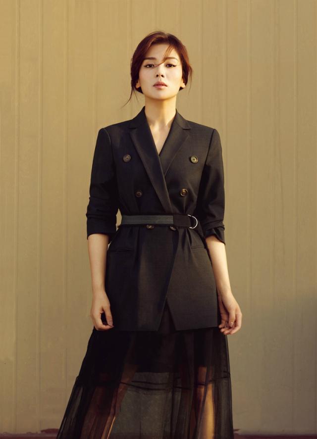 劉濤解鎖早秋時尚,開叉裙+彩條襯衫潮到飛起,看到鞋子有點懵!